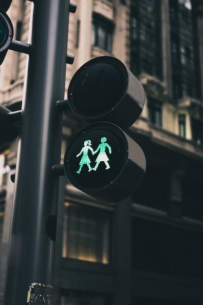 Semáforos de uma cidade com figuras lésbicas Foto Premium