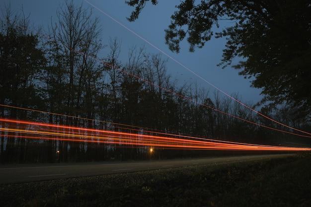 Semáforos no crepúsculo, virando a estrada Foto Premium