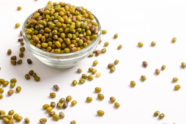 Semente de grama verde ou feijão mungo na tigela em branco Foto Premium