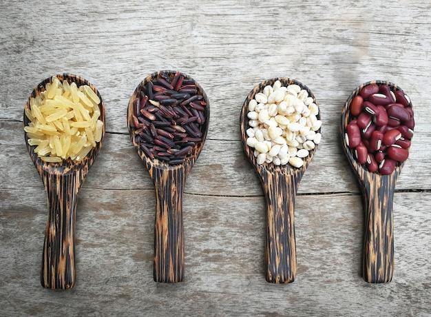 Semente madeira colher grãos cereais sementes vários tipos feijão vermelho job's riceberry bri Foto Premium
