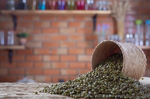 Sementes de feijão mungo em um fundo de madeira na cozinha Foto gratuita
