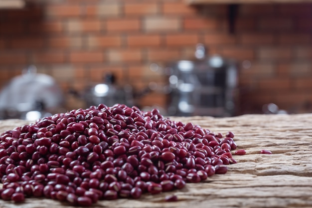 Sementes de feijão vermelho em um fundo de madeira na cozinha Foto gratuita