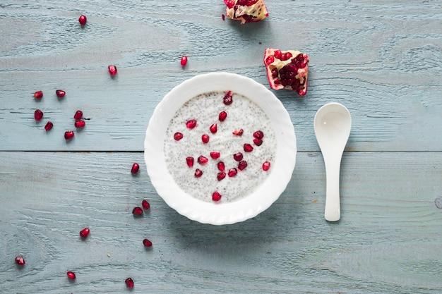 Sementes de romã em pudim de sementes de chia em tigela para café da manhã Foto gratuita