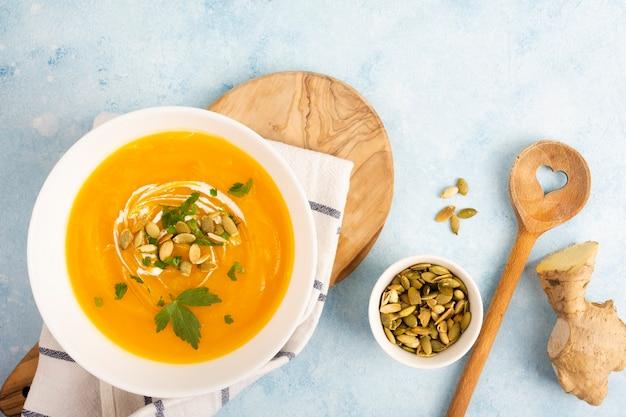 Sementes de sopa vista superior e colher de pau Foto gratuita