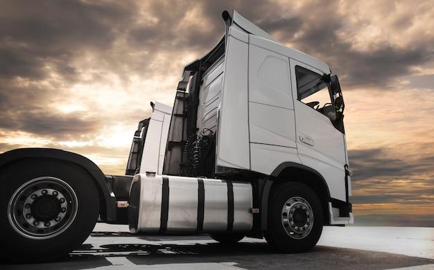 Semi-caminhão no estacionamento no céu do sol. Foto Premium