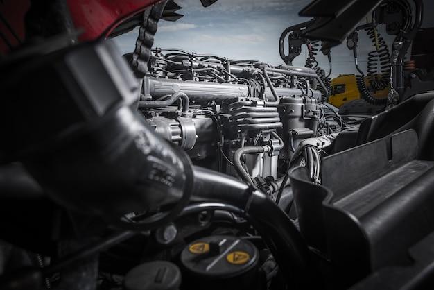 Semi manutenção do motor do trator do caminhão. reparo poderoso do motor do caminhão. Foto Premium