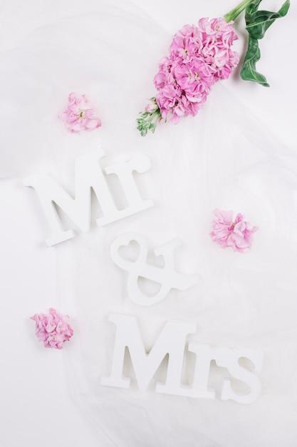 Senhor e senhora com flores Foto gratuita