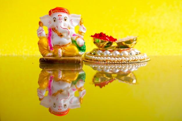 Senhor ganesha, ganesh festival lord ganesha estátua com grãos de arroz e kumkum Foto Premium
