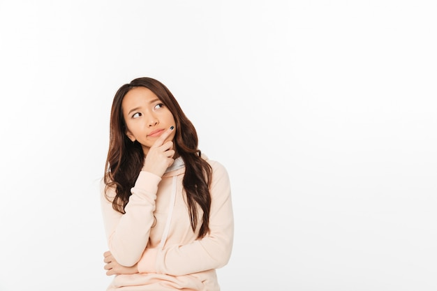 Senhora asiática de pensamento isolado Foto gratuita
