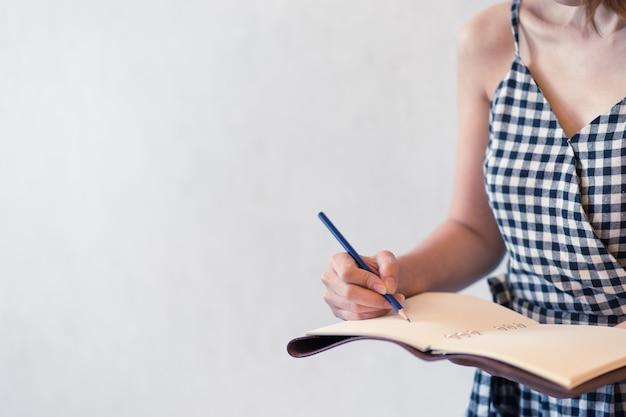 Senhora asiática escrevendo conceito diário de caderno e conceito de planejamento de trabalho Foto Premium