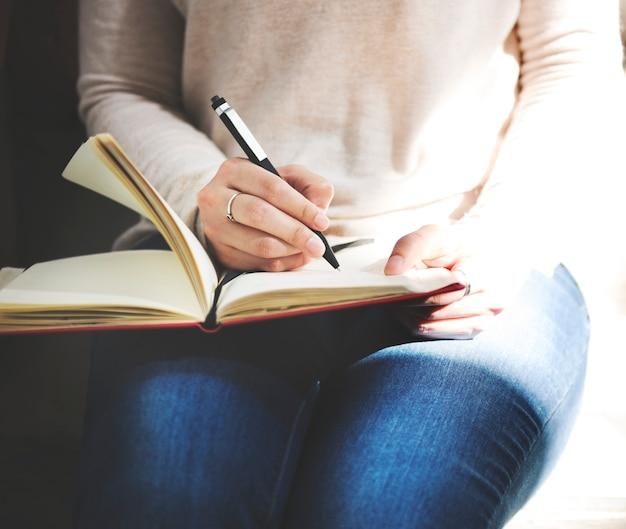 Senhora asiática escrevendo notebook diário conceito Foto gratuita