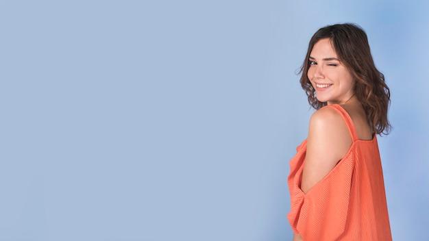 Senhora atraente alegre piscando Foto Premium