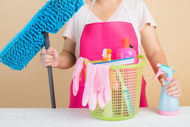 Senhora com produtos de limpeza Foto gratuita