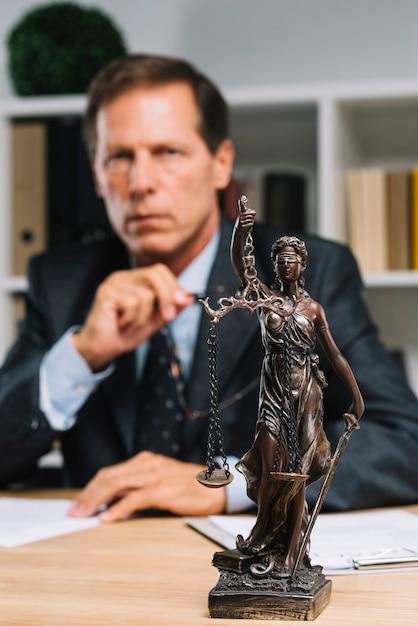 Senhora da justiça na frente do advogado Foto gratuita