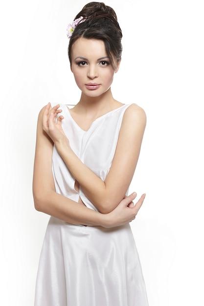 Senhora de mulher bonita sexy vestido branco noiva isolado no branco Foto gratuita
