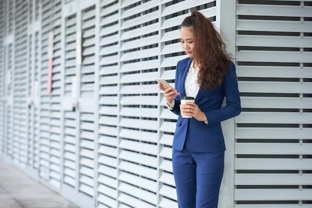 Senhora de negócios de mensagens de texto Foto gratuita