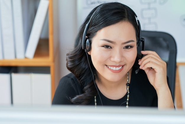 Senhora de negócios usando fone de ouvido Foto gratuita