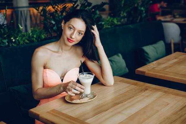 Senhora elegante com café Foto gratuita
