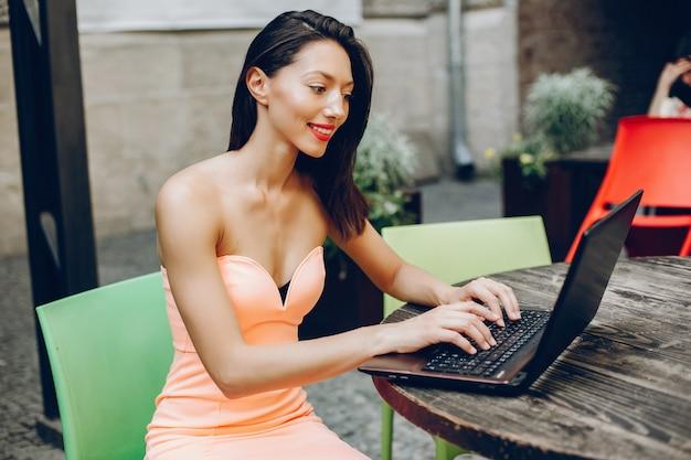 Senhora elegante com laptop Foto gratuita