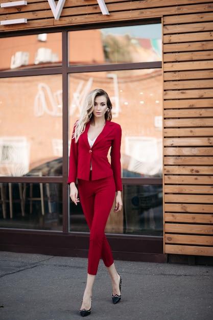 Senhora elegante elegância bonita de terno vermelho e sapatos pretos Foto Premium