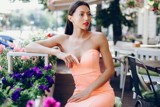 Senhora elegante em um vestido rosa Foto gratuita