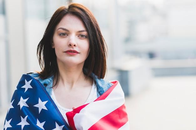Senhora jovem, arregaçando, em, bandeira americana Foto gratuita