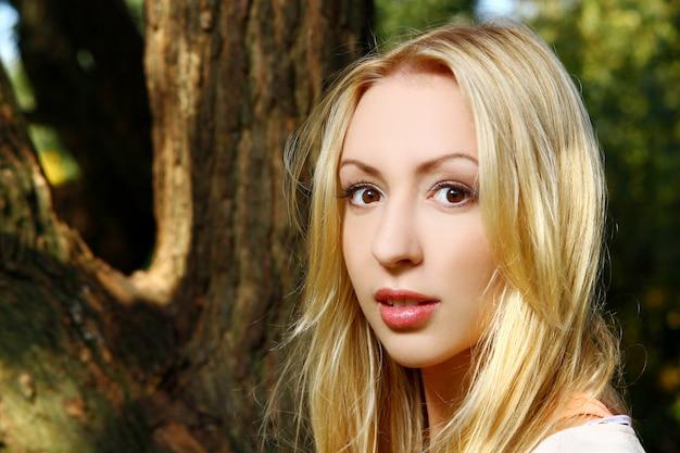 Senhora jovem e atraente no parque Foto gratuita