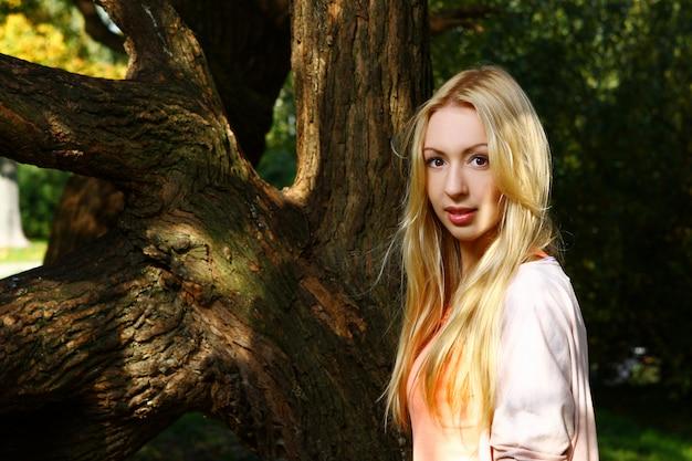 Senhora jovem e atraente, posando no parque Foto gratuita