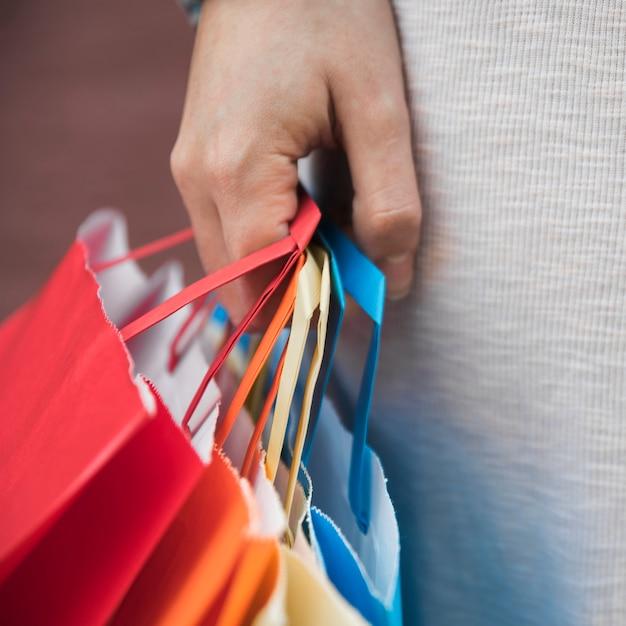 Senhora segurando diferentes pacotes de compras Foto gratuita