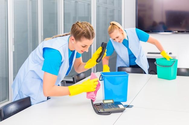 Senhoras de limpeza trabalhando no escritório Foto Premium