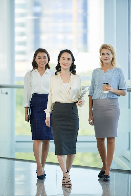 Senhoras de negócios bem sucedidos Foto gratuita