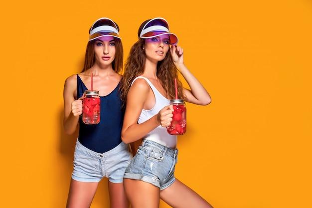 Senhoras elegantes com bebidas Foto Premium