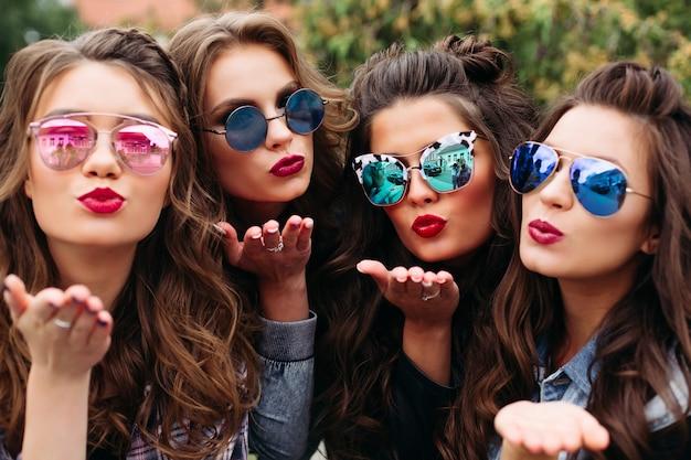 Senhoras elegantes com penteado tomando selfie ao ar livre. Foto Premium