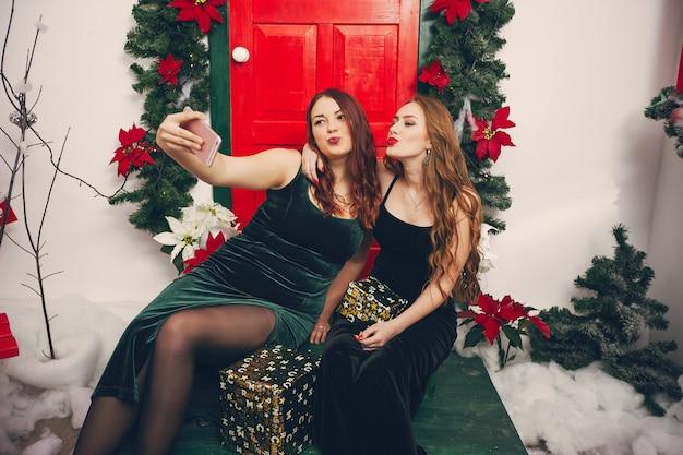 Senhoras festivas Foto gratuita