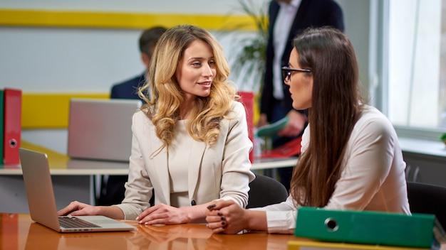 Senhoras mulheres na mesa de reunião Foto Premium