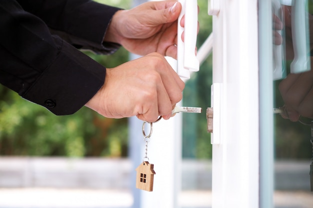 Senhorio desbloqueia a chave da casa para nova casa Foto Premium