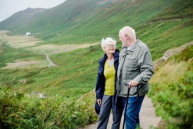 Sêniores românticos felizes passeando juntos Foto Premium