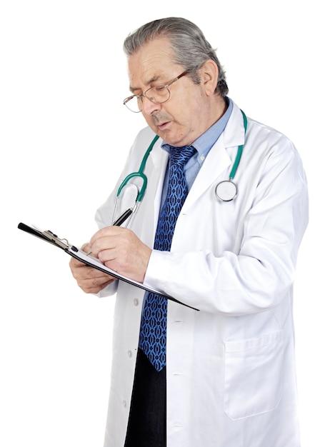 Seniors médico escrevendo um sobre fundo branco Foto Premium
