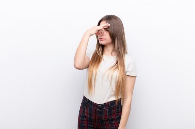 Sentindo nojo, segurando o nariz para evitar cheirar um fedor sujo e desagradável Foto Premium