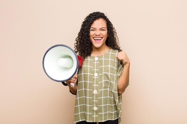 Sentindo-se chocado, animado e feliz, rindo e comemorando o sucesso, dizendo uau! Foto Premium