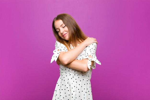 Sentir-se apaixonado, sorrir, abraçar-se e abraçar-se, permanecer solteiro, ser egoísta e egocêntrico Foto Premium