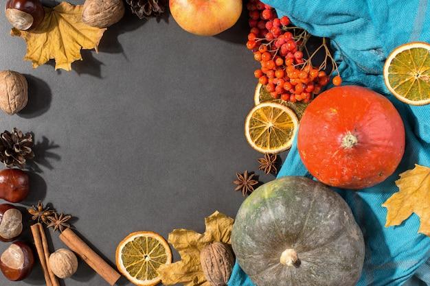 Seque as folhas amarelas, maçãs, nozes, abóboras, especiarias, castanhas e cones na mesa. humor de outono, copyspace, plana leigos. Foto Premium