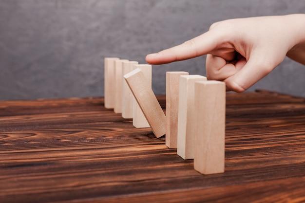 Ser conceito diferente de peças de madeira Foto gratuita