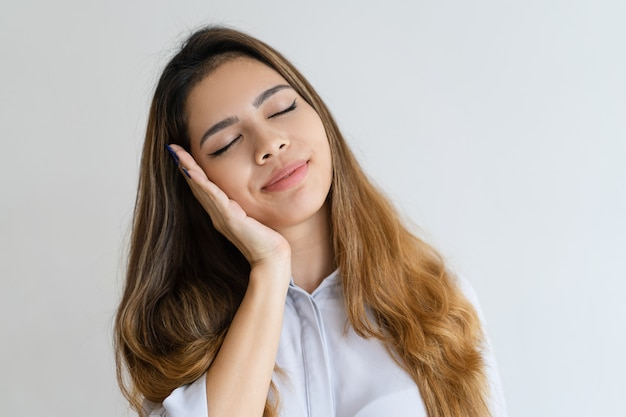 Serena mulher bonita fazendo gesto de sono com os olhos fechados   Foto  Grátis
