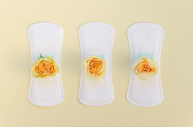 Série de absorventes com rosas amarelas Foto gratuita