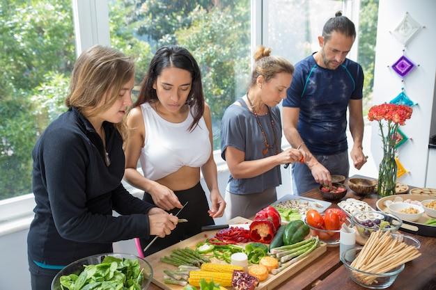 Sério pessoas cozinhando na cozinha Foto gratuita
