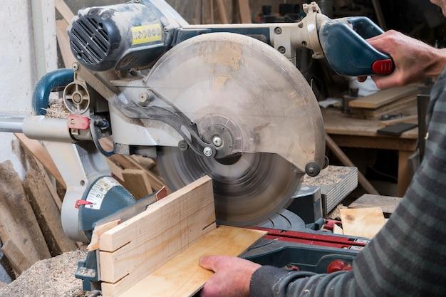 Serrar peças de madeira serra circular Foto Premium