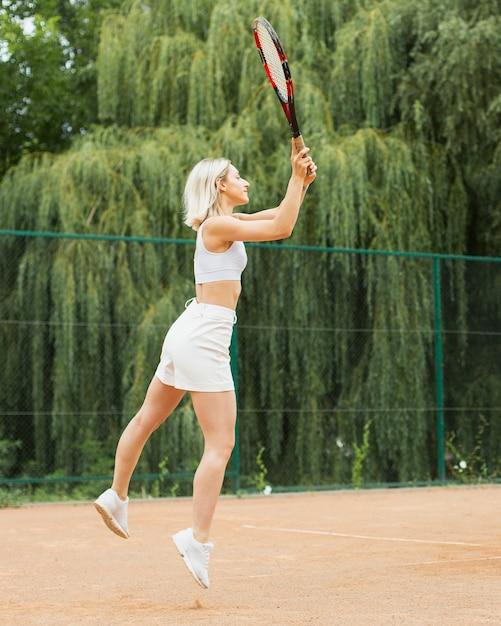Serviço ativo da mulher do tênis Foto gratuita