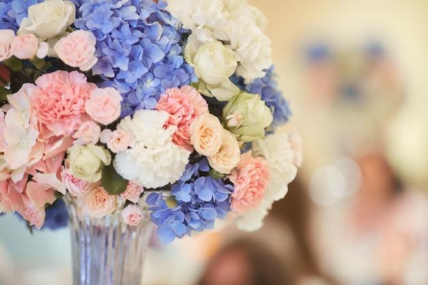 Serviço de mesa de casamento. buquê de rosa, branco e azul hortênsias fica na mesa de jantar Foto gratuita