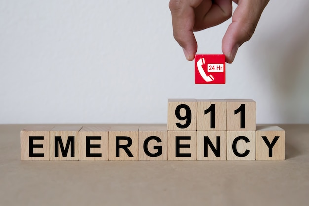 Serviços de número de emergência 911 em bloco de madeira Foto Premium